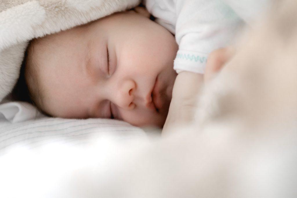 bébé detendu qui dort après un massage bébé