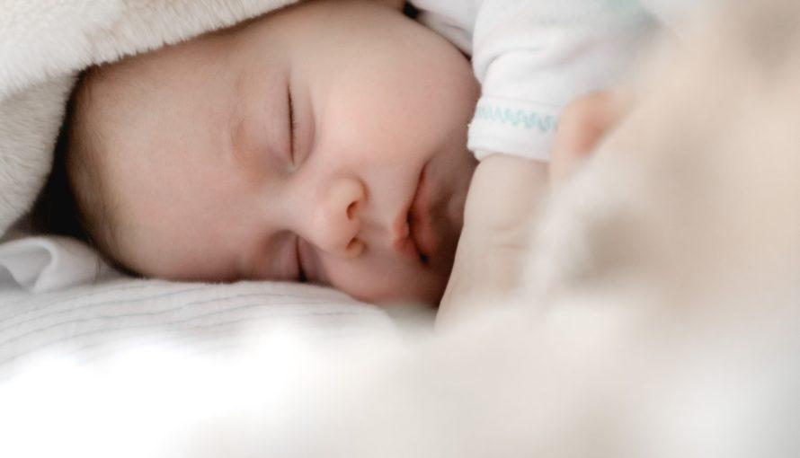 bébé détendu après un massage bébé